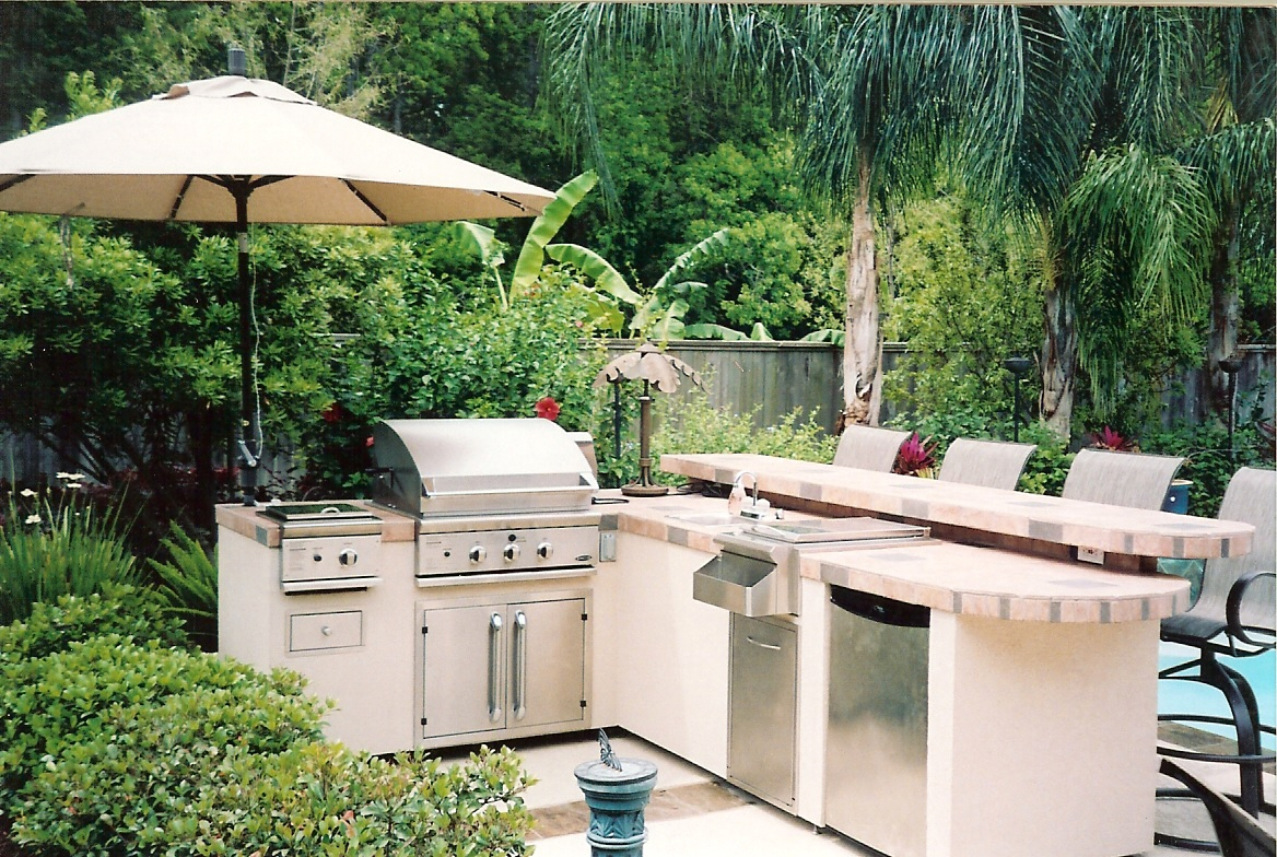 Big green egg outdoor kitchen for Backyard kitchen designs photos